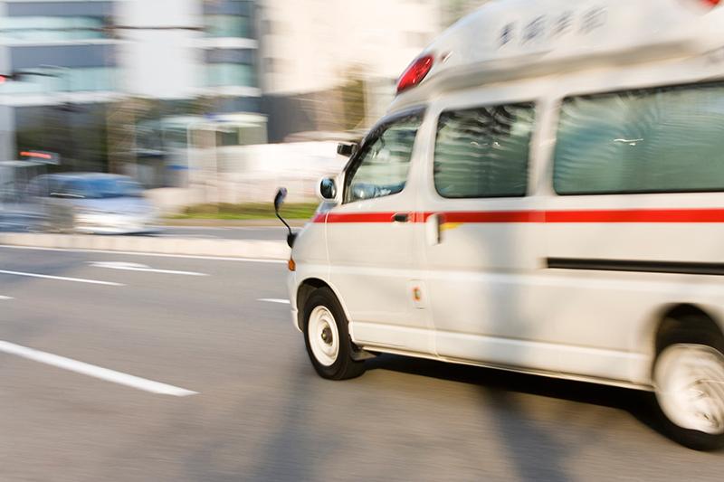 救急車に緊急搬送される被害者のイメージ画像