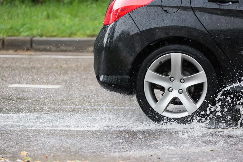 雨の日の車のイメージ画像