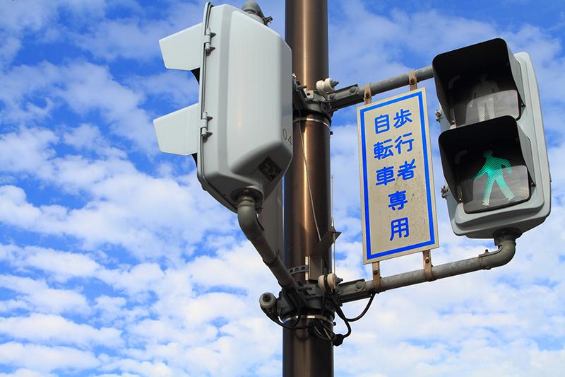 交差点の青信号のイメージ画像