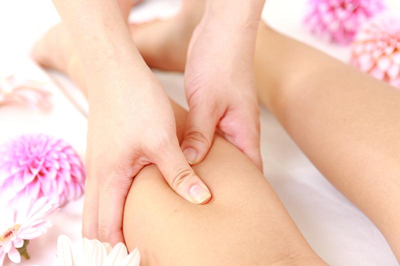 足のマッサージを受ける被害者のイメージ画像