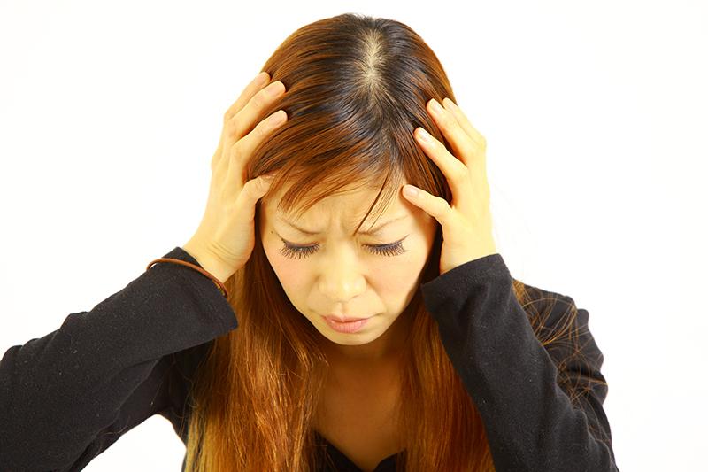 頭を抱える加害者のイメージ画像