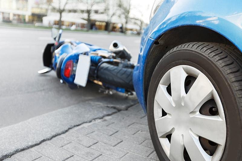 車とぶつかって倒れるバイクのイメージ画像