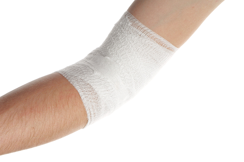 被害者が怪我した肘をリハビリで治しているイメージ画像