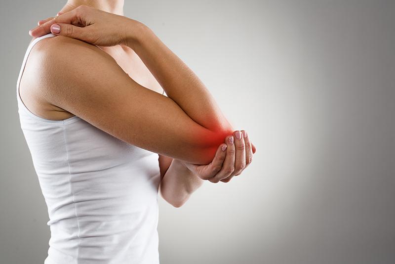 右肘の痛みに苦しむ被害者のイメージ画像