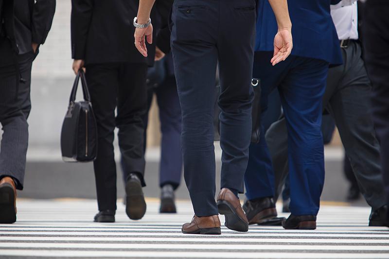 交通ルールを守って横断歩道を渡るイメージ画像