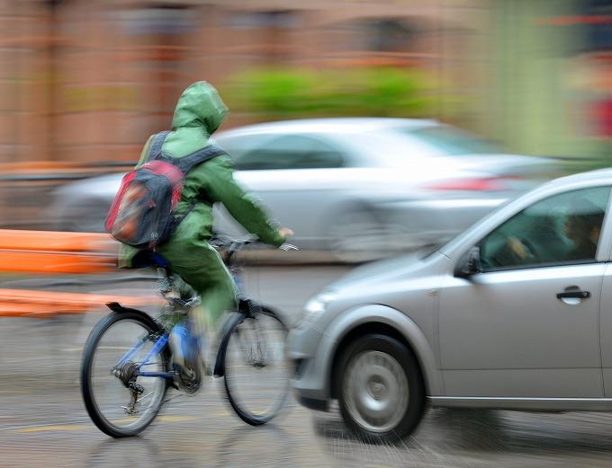 雨の日で車の側面とぶつかる自転車に乗った被害者のイメージ画像