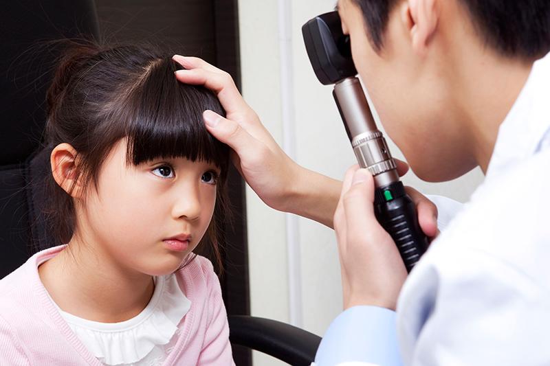 診察を受ける被害者と診察する医師のイメージ画像