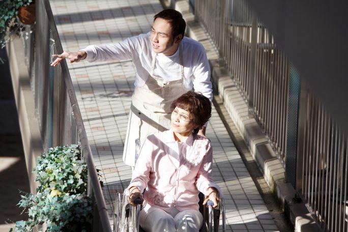 後遺障害になった人の面倒を見る人のイメージ画像