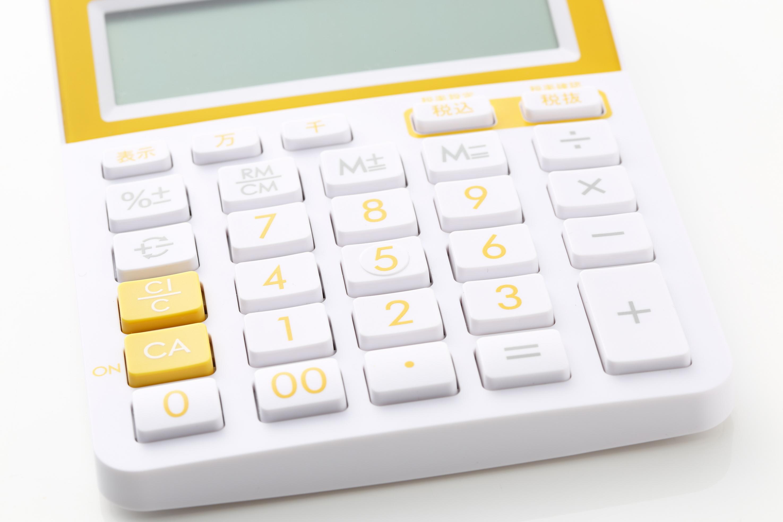 交通事故の損害賠償額を計算した電卓の写真