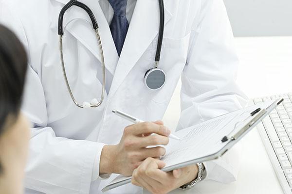 被害者の容態をカルテに記入する医師のイメージ画像