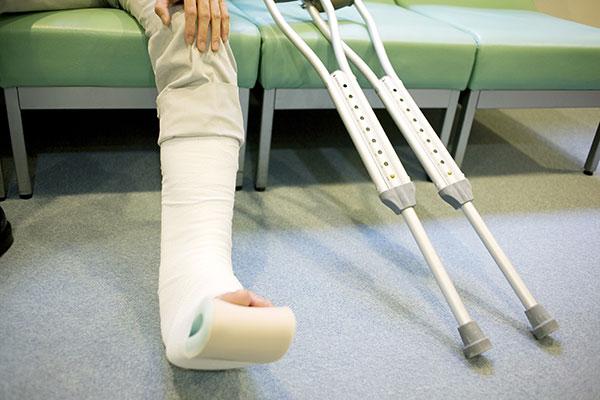 交通事故で骨折した被害者のイメージ画像