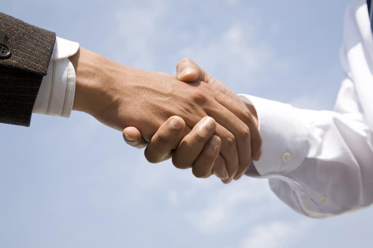 弁護士と握手する被害者のイメージ写真