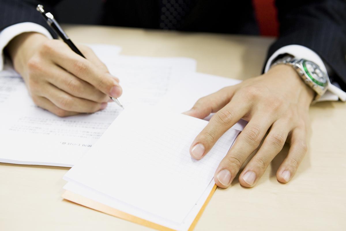 示談書を書く被害者のイメージ画像