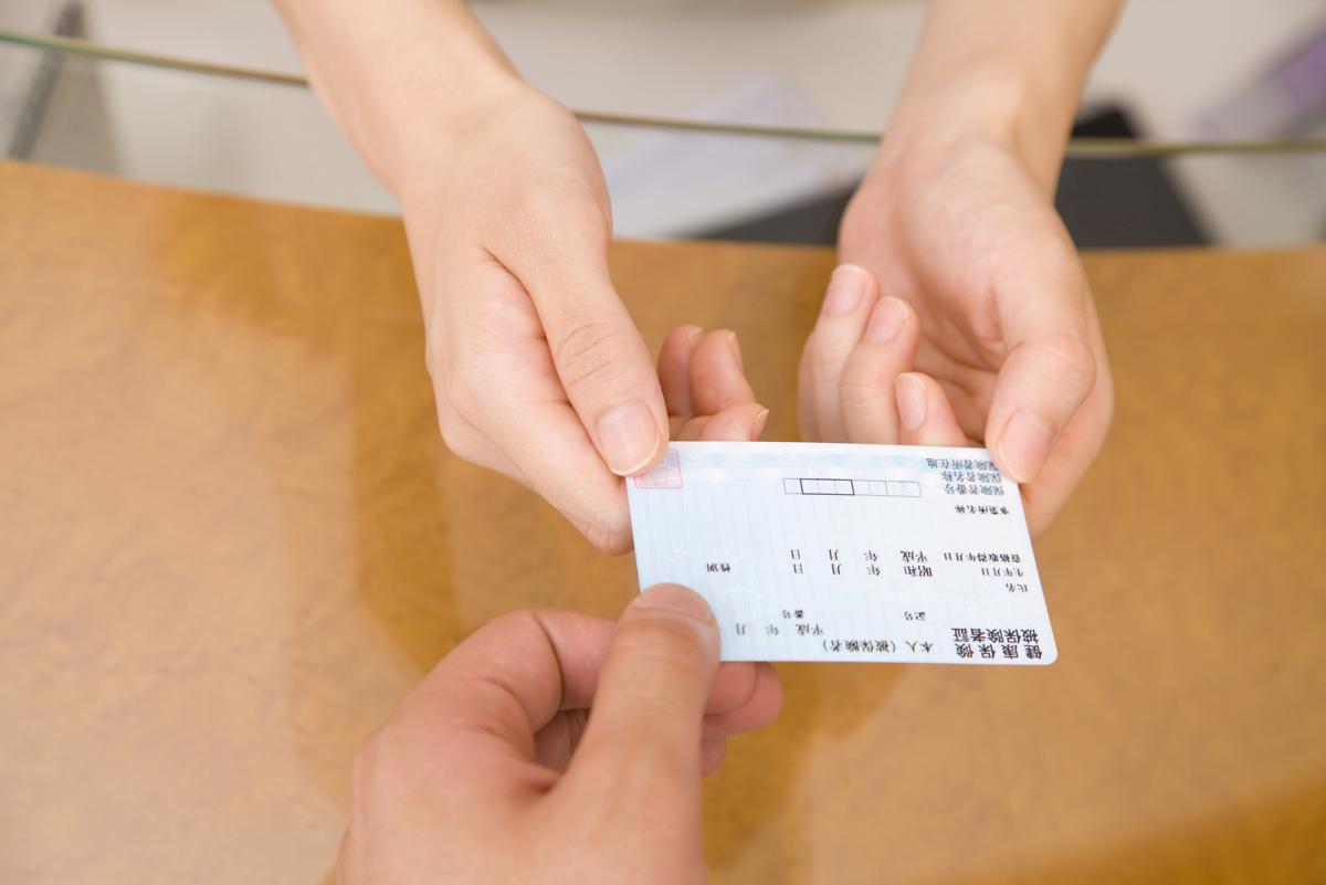 労災保険の受給をするため保険証を提出する被害者のイメージ画像