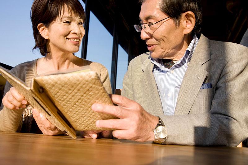 どの特約を付けようか話し合っている被保険者のイメージ画像
