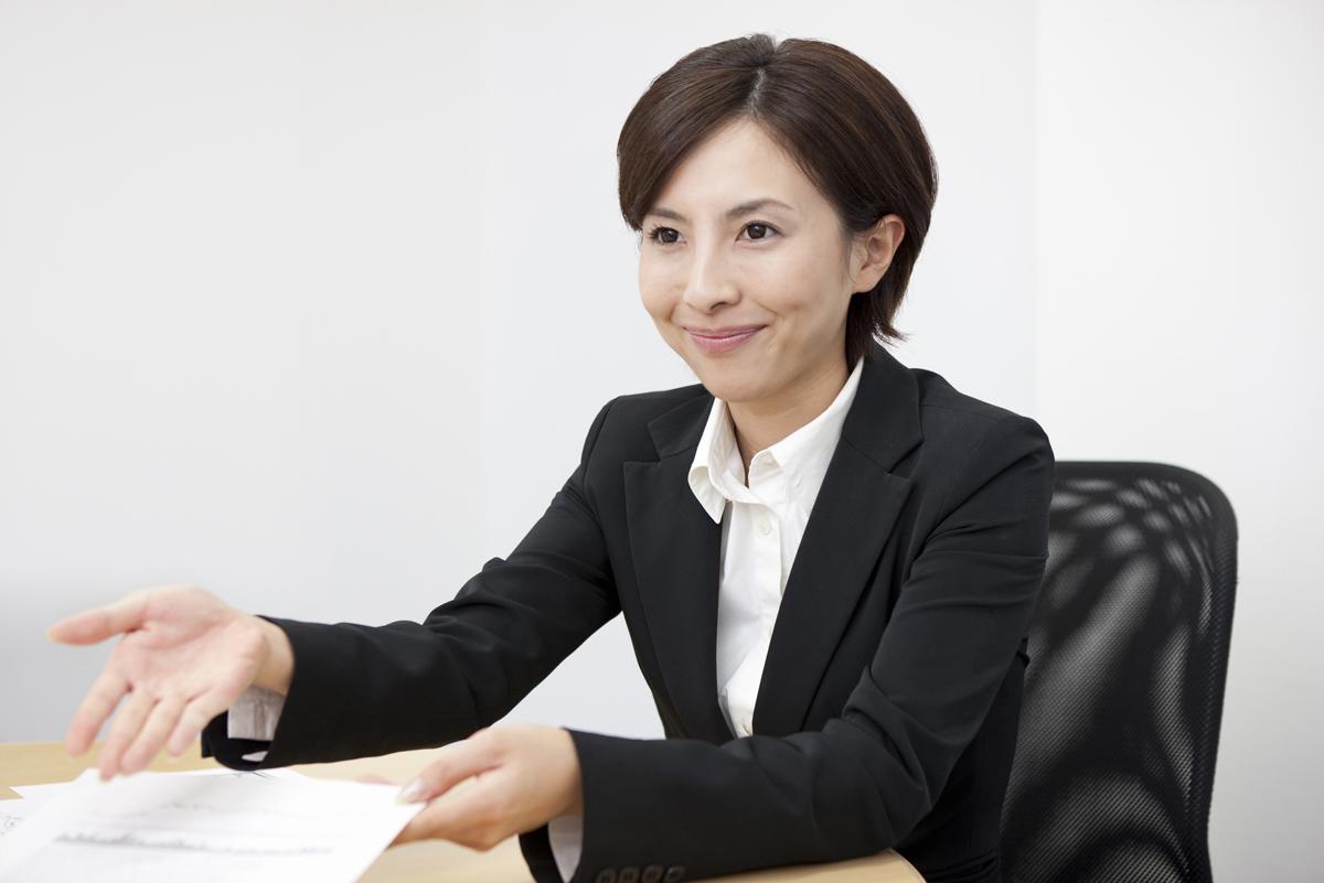 資料を受け取り座るよう指示する弁護士のイメージ画像