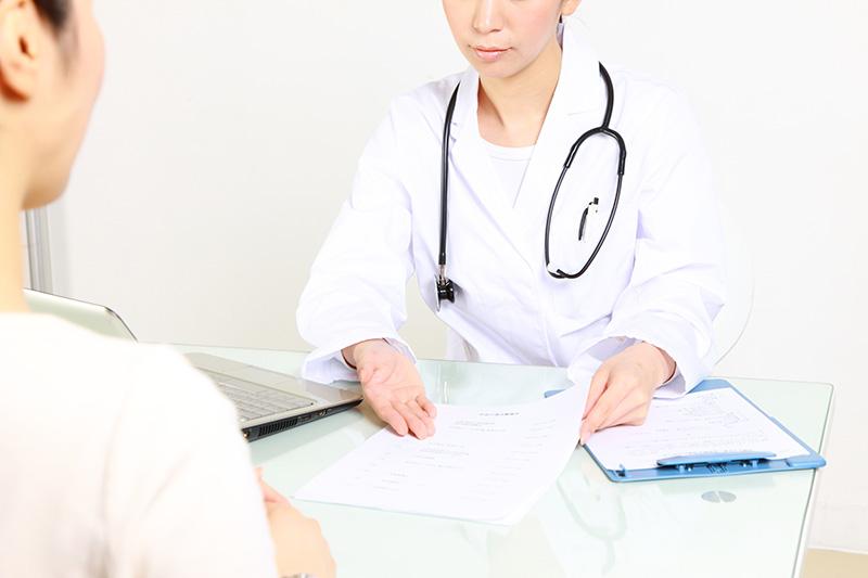 医師に症状固定の事を説明される被害者のイメージ画像
