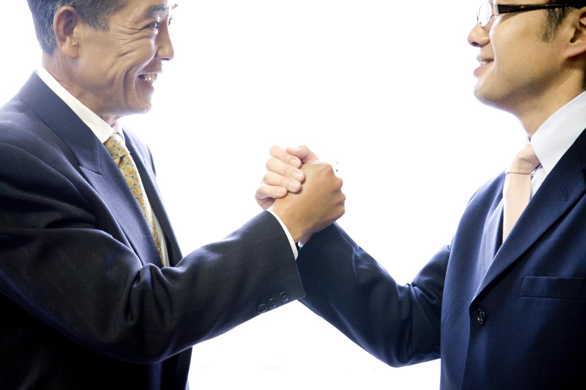 弁護士と契約する被害者のイメージ画像