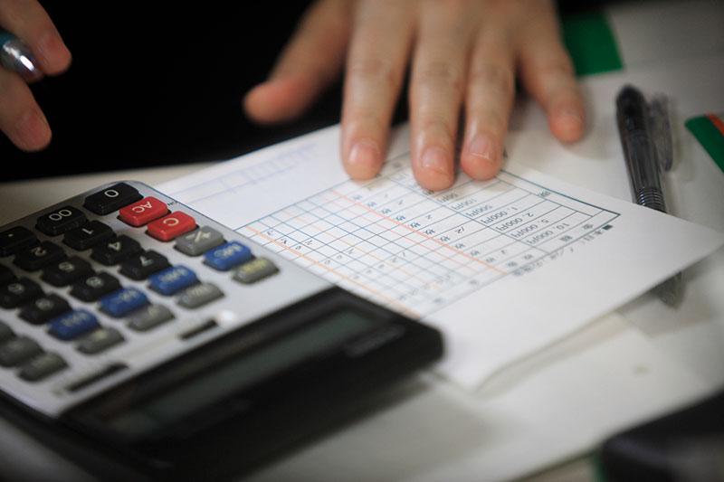 内払金制度の為に費用を計算する被害者のイメージ画像