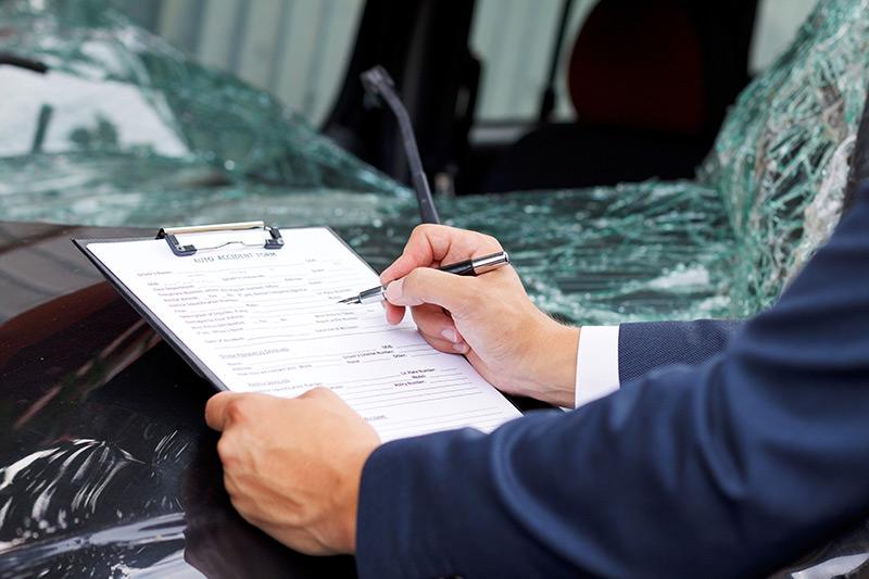 交通事故車両を確認する保険会社のイメージ画像