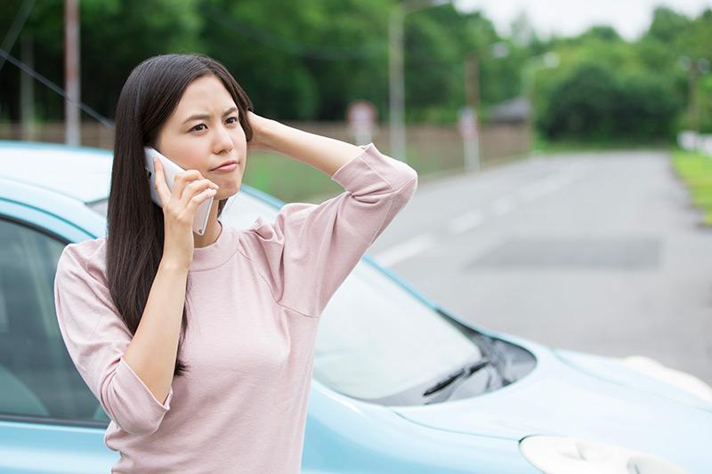交通事故に遭って電話する被害者のイメージ画像