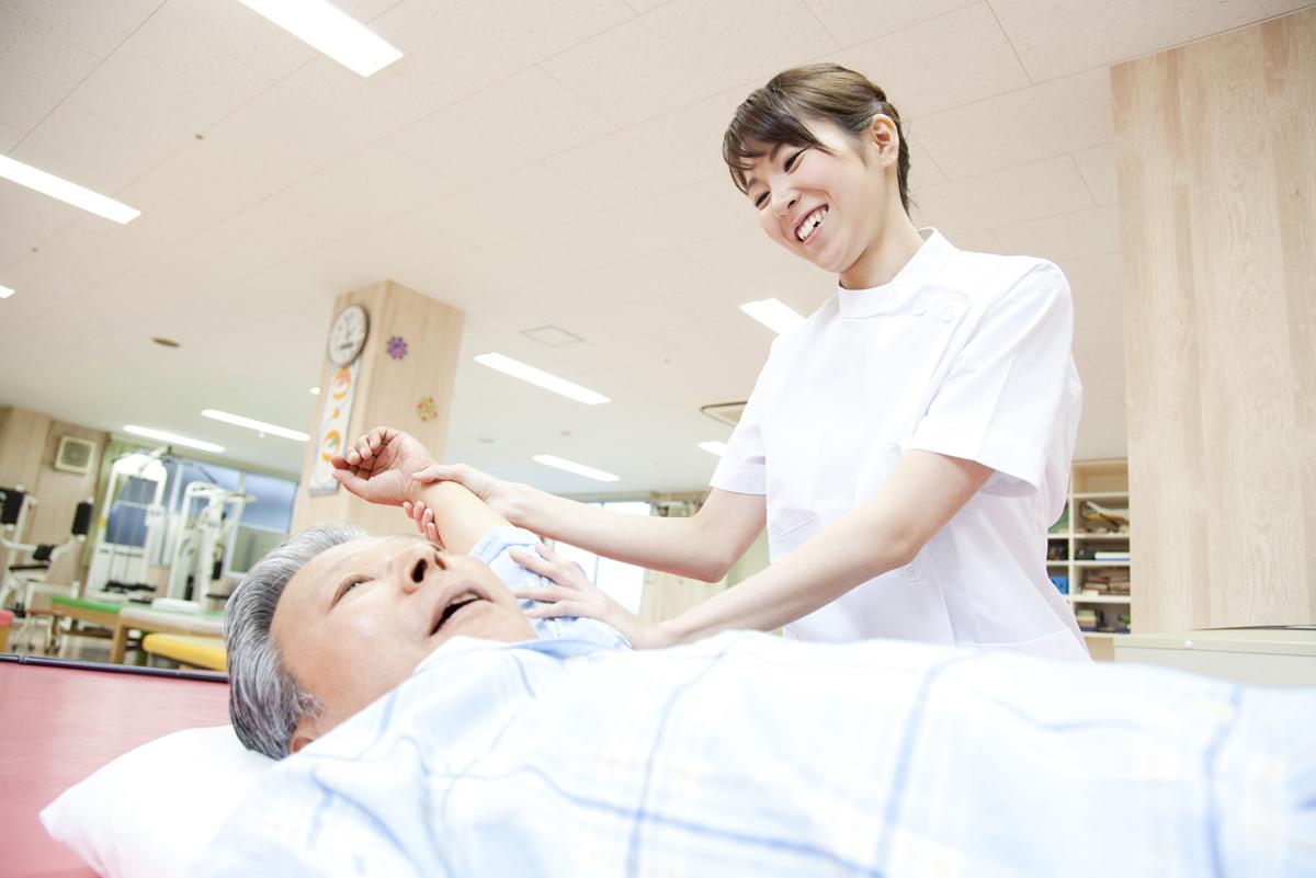 植物状態の患者の対応をする看護師のイメージ画像