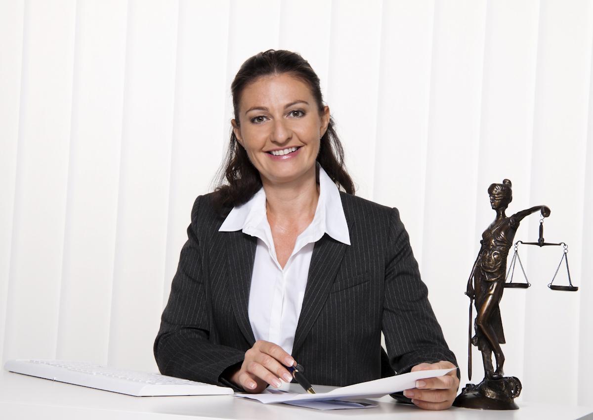 被害者を迎える弁護士のイメージ画像