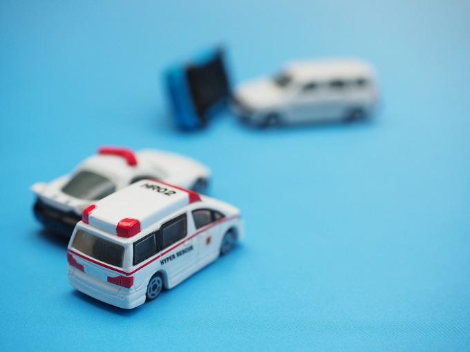 事故現場にやってくる救急車とパトカーのイメージ画像