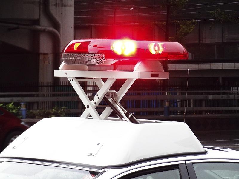 交通事故が発生し警察を呼ぶイメージ画像