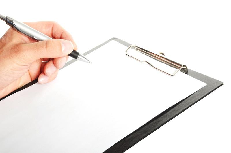 契約書を確認している被害者のイメージ画像