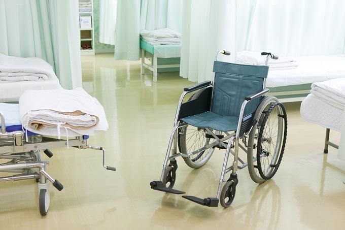 病院の入院部屋にある車いすのイメージ画像
