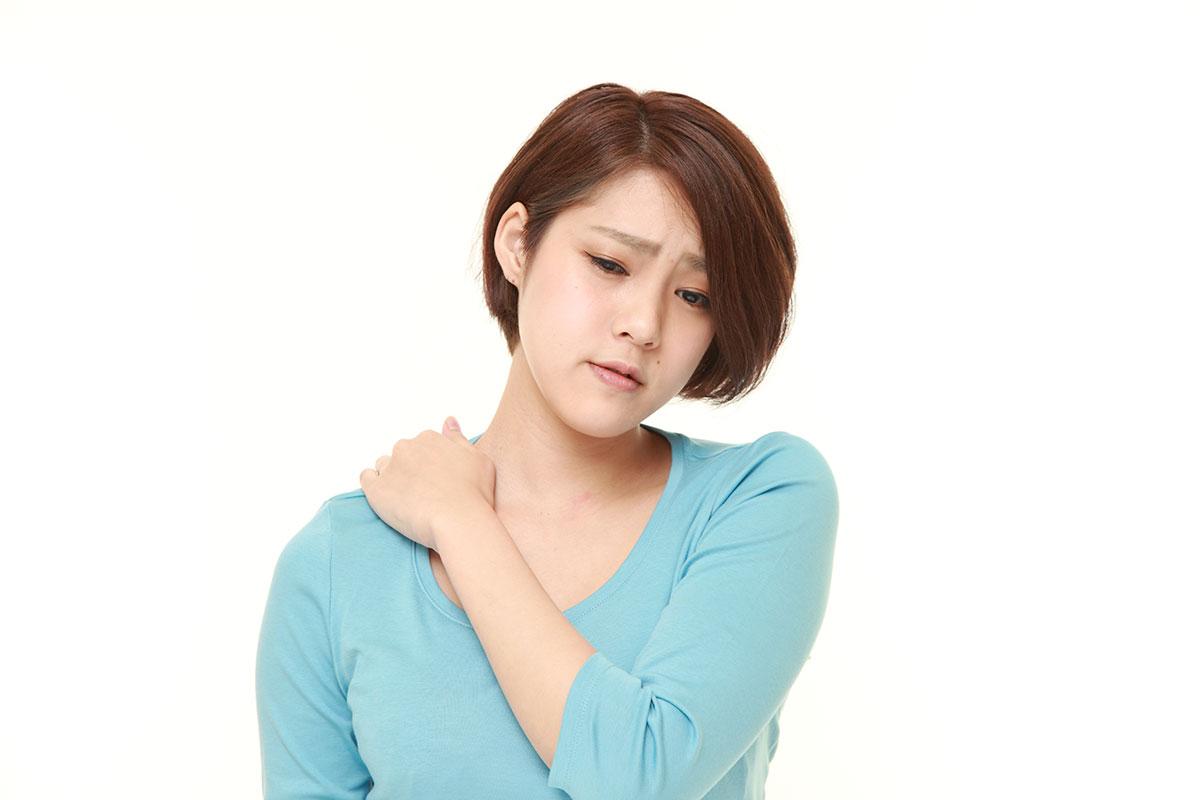 首の痛みに悩む被害者のイメージ画像