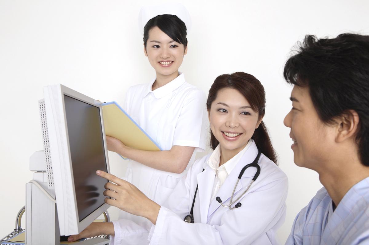 症状を説明する医師と説明を受ける被害者のイメージ画像