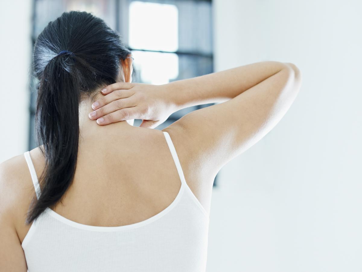 首元を触って痛みを確かめる被害者のイメージ画像