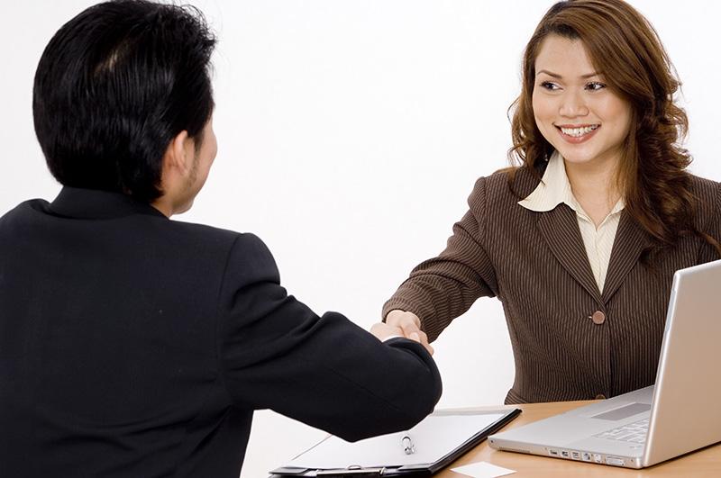 弁護士と契約を結ぶ被害者のイメージ画像