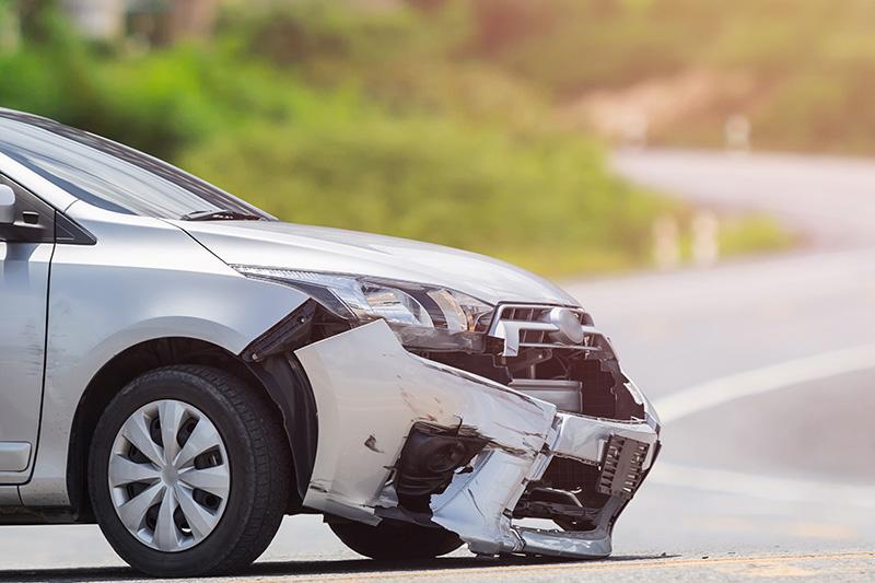 交通事故におけるひき逃げをして壊れた車のイメージ画像