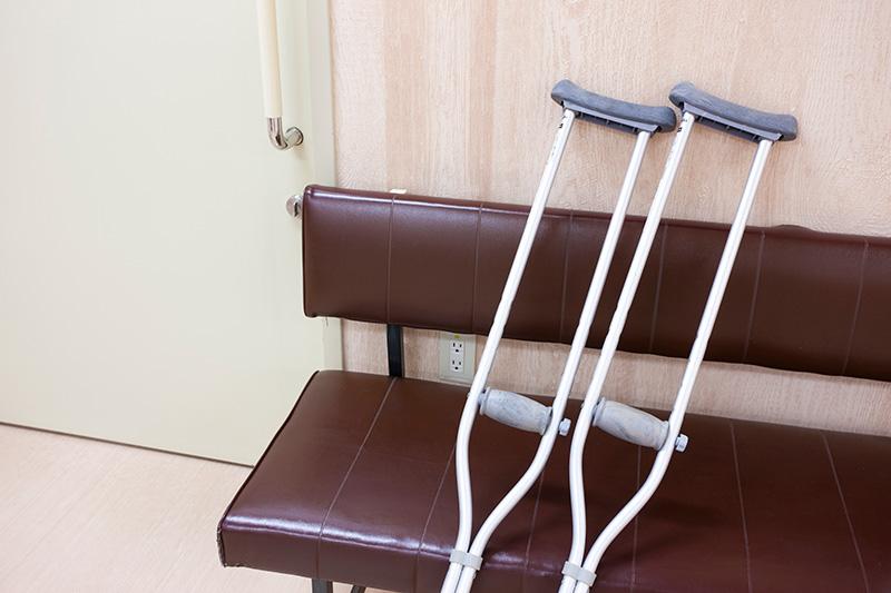 怪我で通院する被害者のイメージ画像