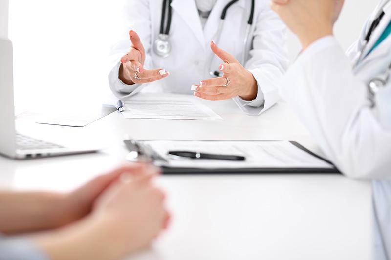 医師に怪我の事について説明を受ける被害者のイメージ画像