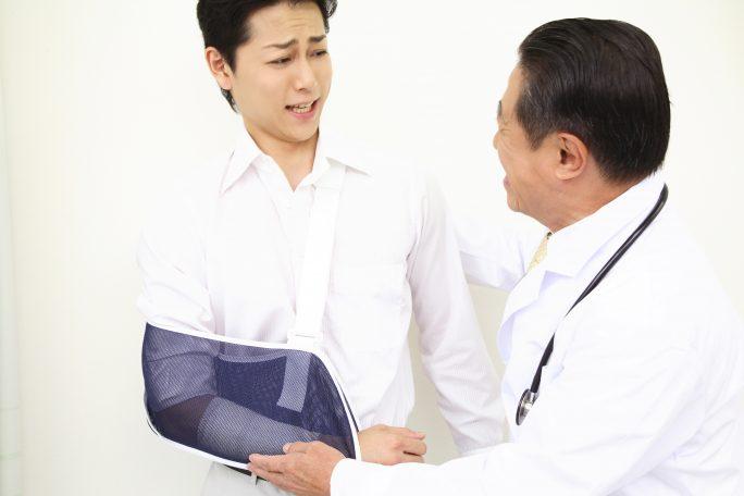 交通事故で骨折した被害者を励ます医師のイメージ画像