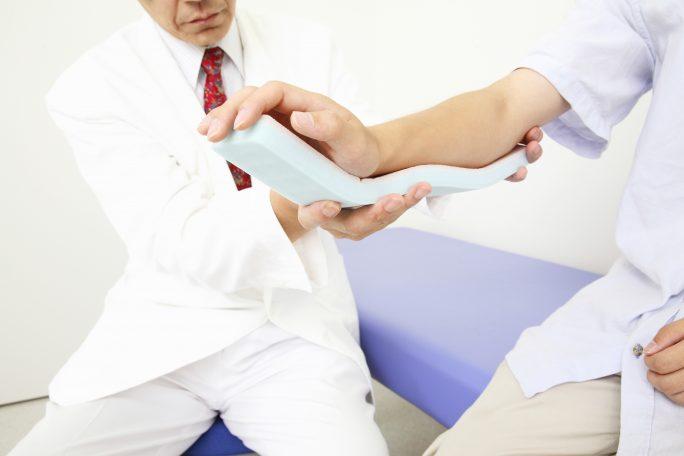 交通事故で骨折した腕の治療を進める医師のイメージ画像