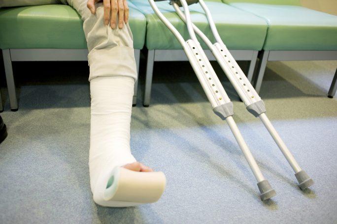交通事故で骨折して通院している被害者のイメージ画像