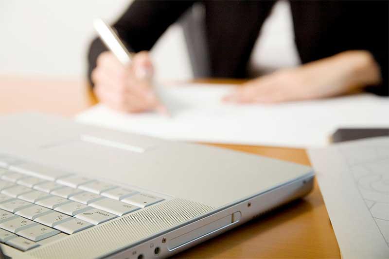 後遺障害等級の申請書類を作る弁護士のイメージ画像