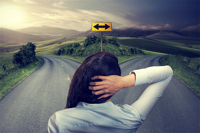 交通事故の処理を保険会社か弁護士のどちらに頼むか悩む被害者のイメージ画像