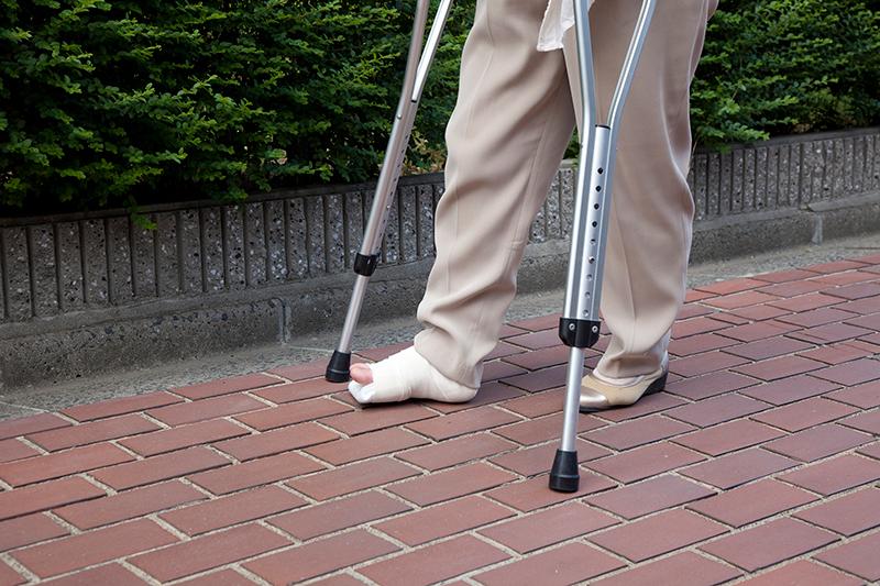 交通事故で怪我をした足で通院する被害者のイメージ画像