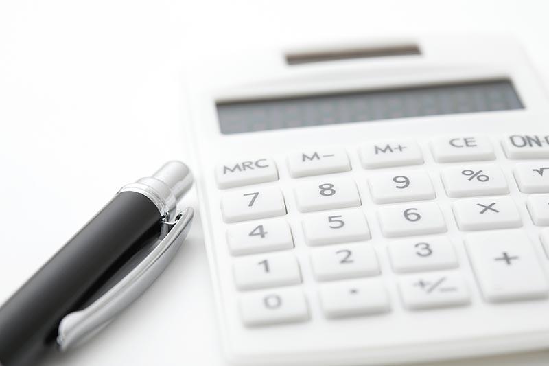 交通事故の治療費を計算する電卓の写真