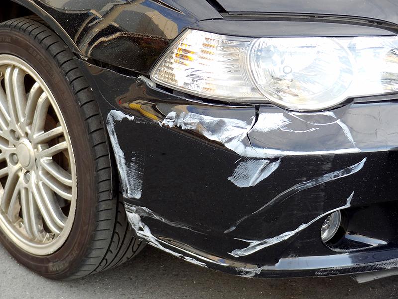 事故で窪んだ車の写真