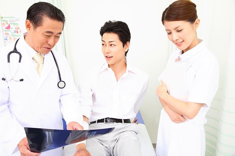 交通事故の被害者が症状固定後も通院して怪我の診察をしている写真