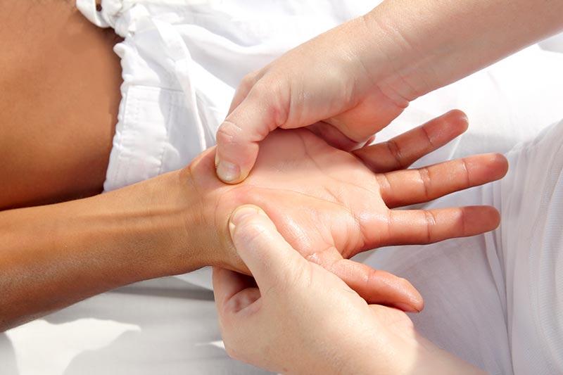 交通事故で怪我をした指の治療をするイメージ写真