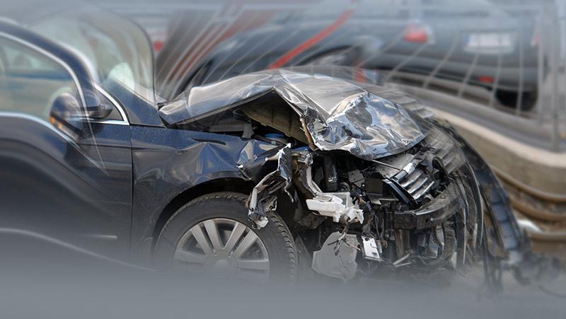 交通事故で車体の一部が破損した車の写真